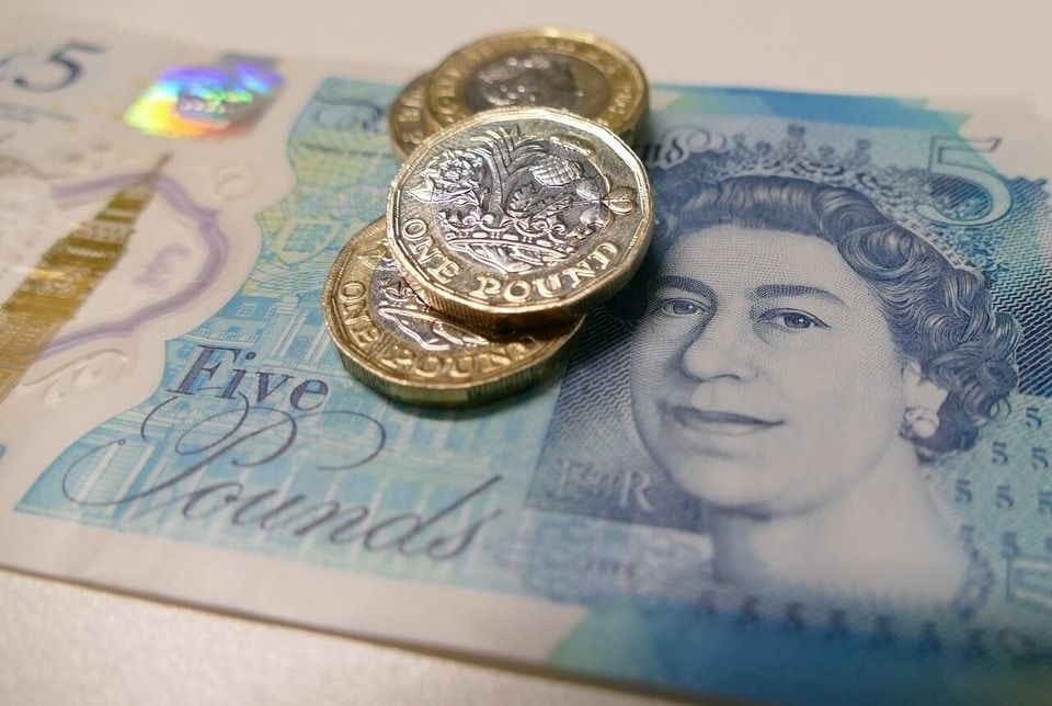 5 Pound Note ad Pound Coins