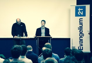 Vaughan Roberts sprich auf der Konferenz. Der Übersetzer ist Martin Manten.