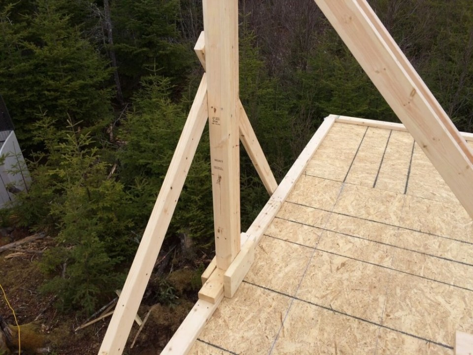 The-Off-Grid-Cabin-Roof-Ridge-Beam-Post-2