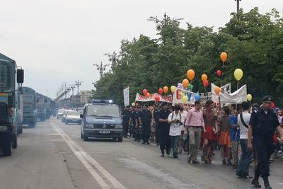 convoi de jandarmi pazesc pe homosexuali pe cand acestia merg cu parada lor pe strazilecapitalei