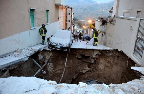 earthquake-in-italy-a-dam-003