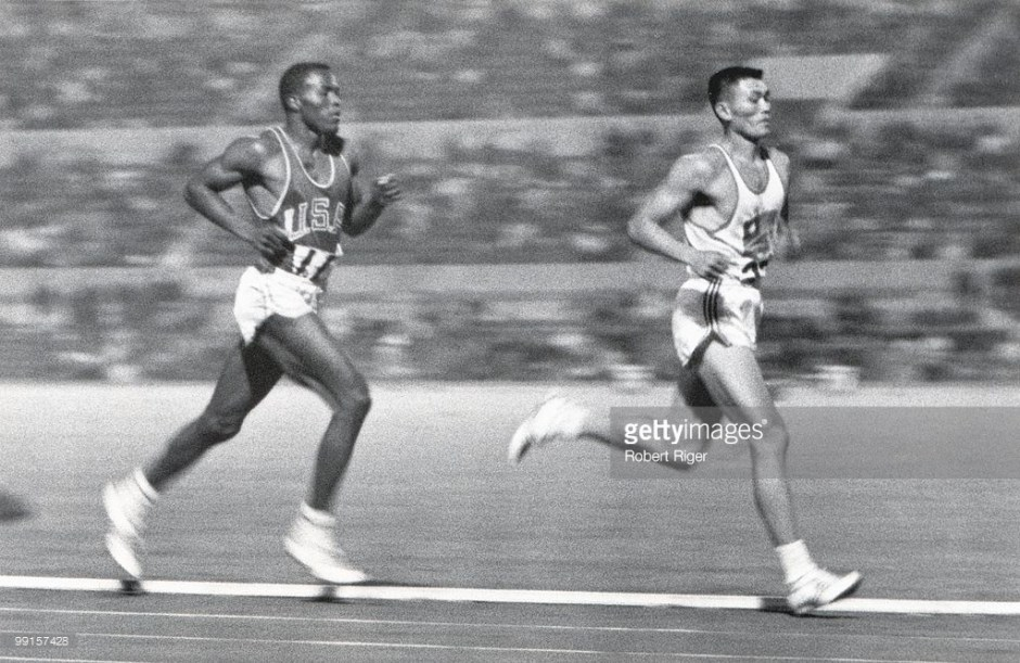 Rafer Johnson on CK Yang's right shoulder in 1500