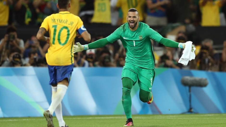 Weverton celebrates with Neymar