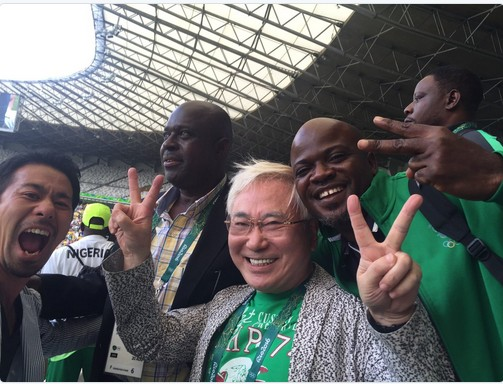katsuya-takasu-with-members-of-the-nigerian-soccer-team