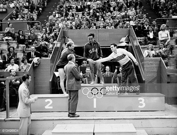 sammy-lee-on-the-podium-1952-olympics