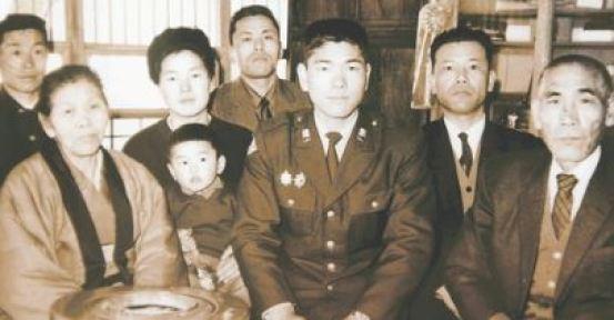 Kokichi Tsuburaya surrounded by family