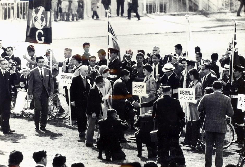 031164 - Crown Prince Akihito meets teams Tokyo Games - 3b - Sca