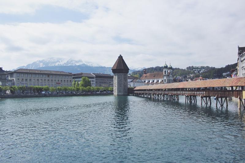 Kapelbrucke a Jezuitský kostol v pozadí Luzern Švajčiarsko