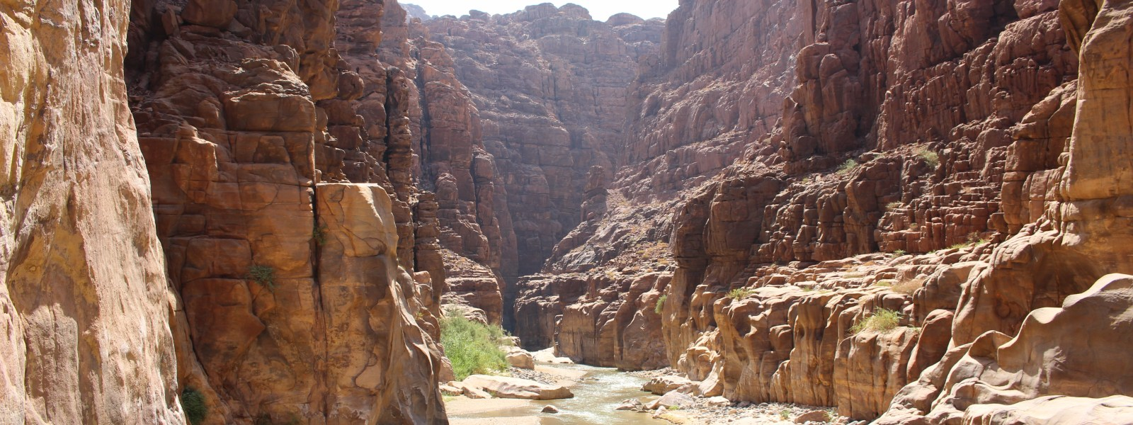 Hiken in Wadi Mujib in Jordanië