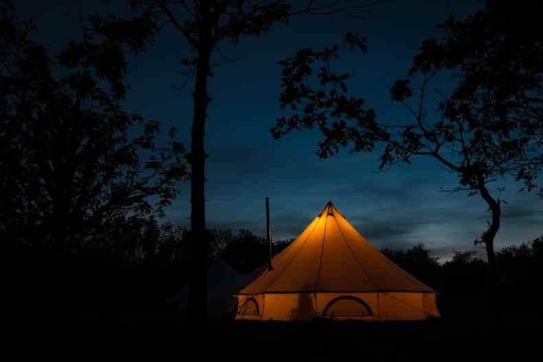 Scandinavische tent met hottub