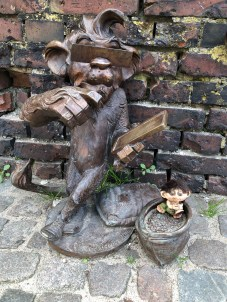 Random small statue spotted on the street