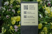 The statues talk to you. QR codes connect to a video of an actor playing the statue's subject and telling their story in Finnish or English. Very entertaining and informative.