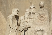The helmets worn by the guards are a tribute to the chimneys of Gaudí's La Predrera. The man on the left bears the face of Gaudí himself.