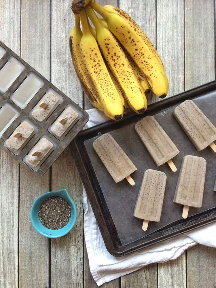 How to make banana chia popsicles with banana, chia seeds, coconut milk and a little sugar. This recipe is dairy-free and vegan-friendly! Via theothersideofthetortilla.com