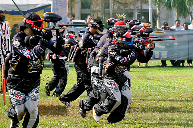 team paintball in action
