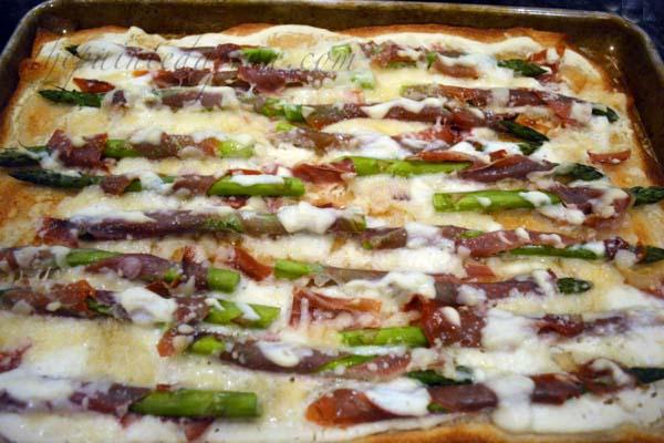 asparagus & prosciutto alfredo pizza