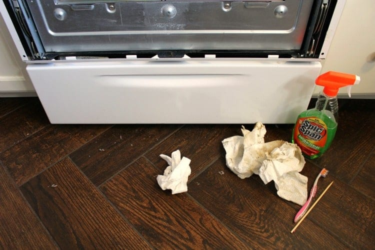 how to clean inside of microwave door
