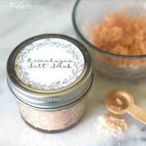 This easy Himalayan salt scrub, with free printable, makes a great little DIY gift! #freeprintables #diygift #himalayansalt