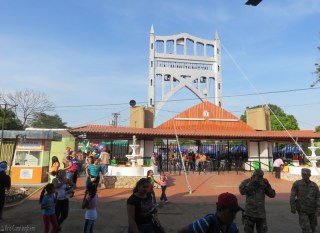 People head through the main gate. There was a strong police and security presence everywhere. There will be no drama or problems at la feria!