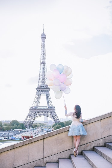pre wedding photoshoot props - colorful balloons