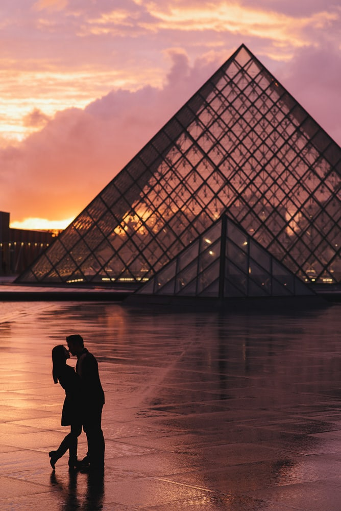 Engagement pic ideas - creative silhouette at sunset in Paris at the Louvre Pyramid