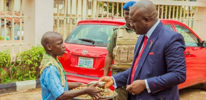 Man Dashes Groundnut Seller N50,000 after Tasting Product