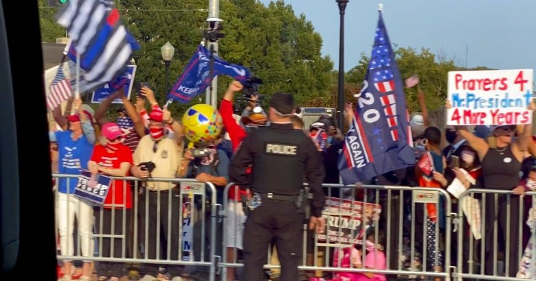 Trump's supporters in front of Walter Reed ( Photo: Dan Scavino/Twitter