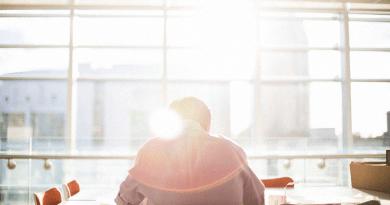 Pengusaha membuat kerja bersendirian
