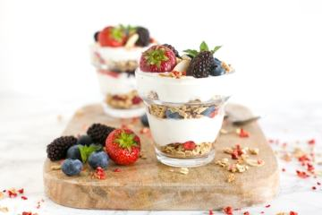 There's everything to love about this Berry Cheesecake Parfait! It's crunchy, creamy, refreshing and loaded with summer berries. Plus, it's ready in just 15 min, and awesomely gluten-free! Recipe from The Petite Cook