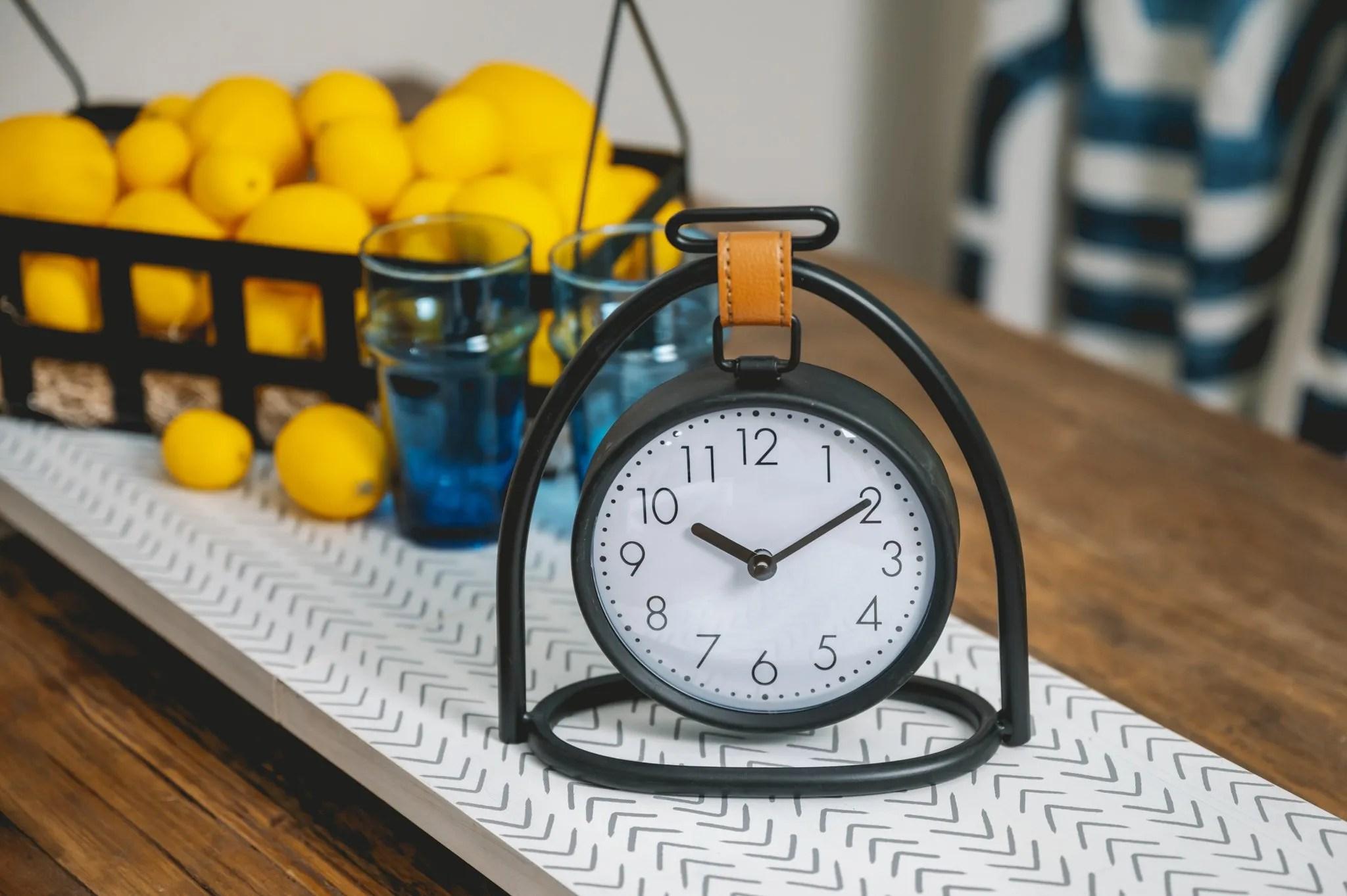 Decocrated Black tabletop clock