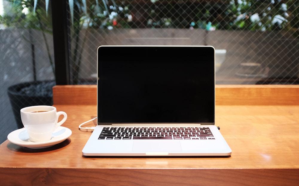 Laptop at café | © Alex Knight/Unsplash