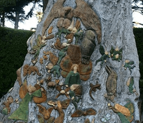 A carved tree in Fitzroy Gardens.