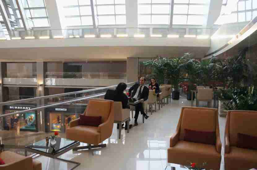 emirates-lounge-lax-terrace-atrium-