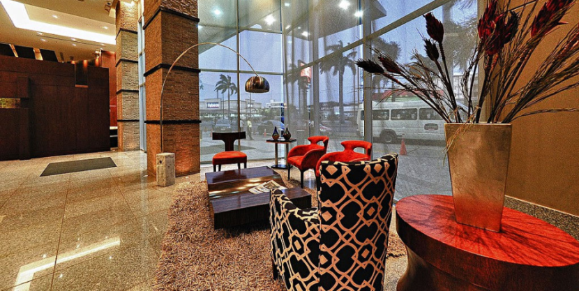 The welcoming lobby of the Courtyard Guayaquil.
