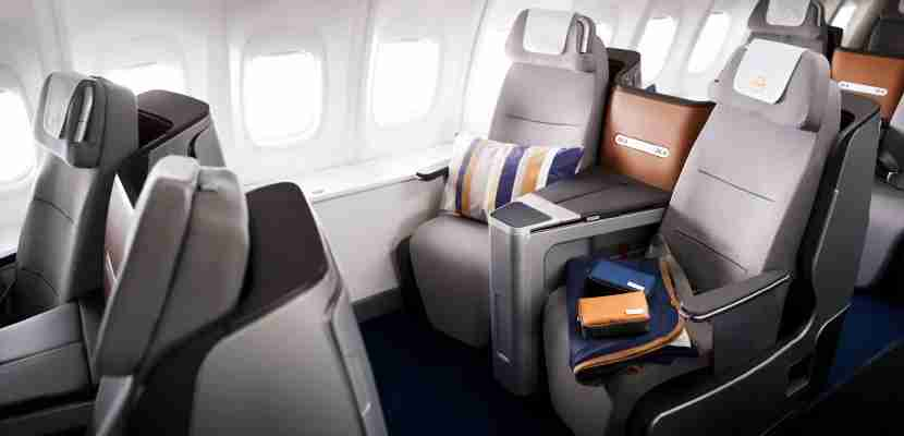 Auf den Sitzen der 747-8 liegen ein Kissen, eine Decke und Lufthansa Kulturtaschen // A pillow, a blanket and Lufthansa amenity kits are lying on the seats of a 747-8