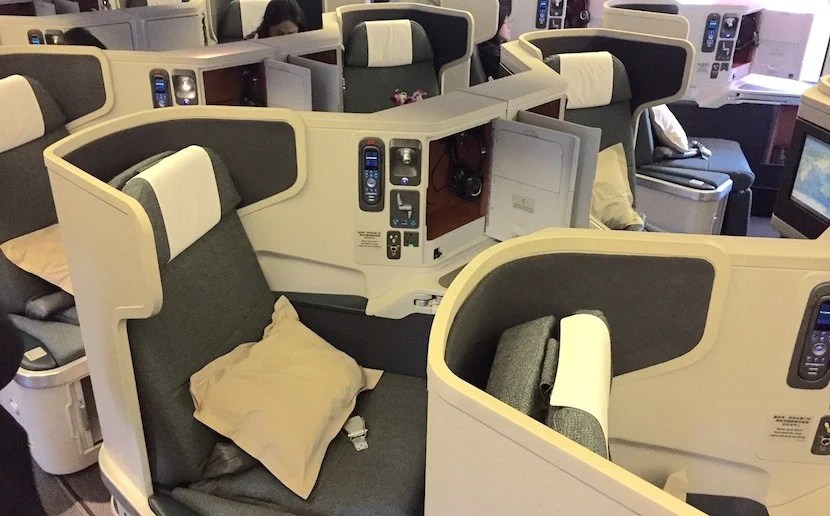 The middle seats on Cathay are angled toward one another, just like on American.