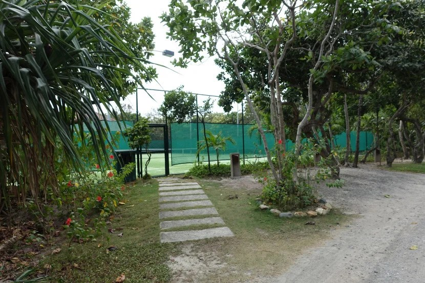 Amanpulo's tennis court.