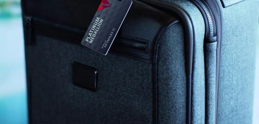 Should you get the gold or platinum delta amex card delta platinum medallion bag tag featured colourmoves