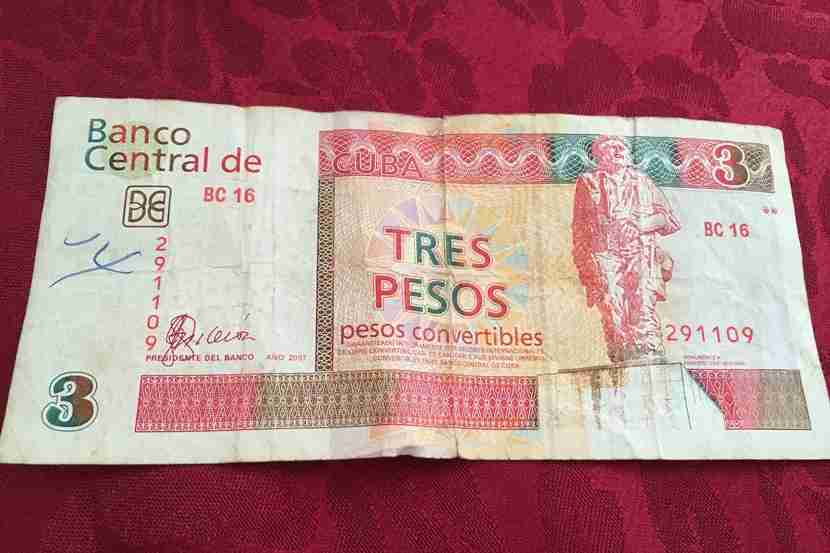 CUCs (Cuban pesos used by tourists) have monuments on them, while CUPs (Cuban pesos used only by locals) feature the faces of national Cuban heroes. Image courtesy of the author.