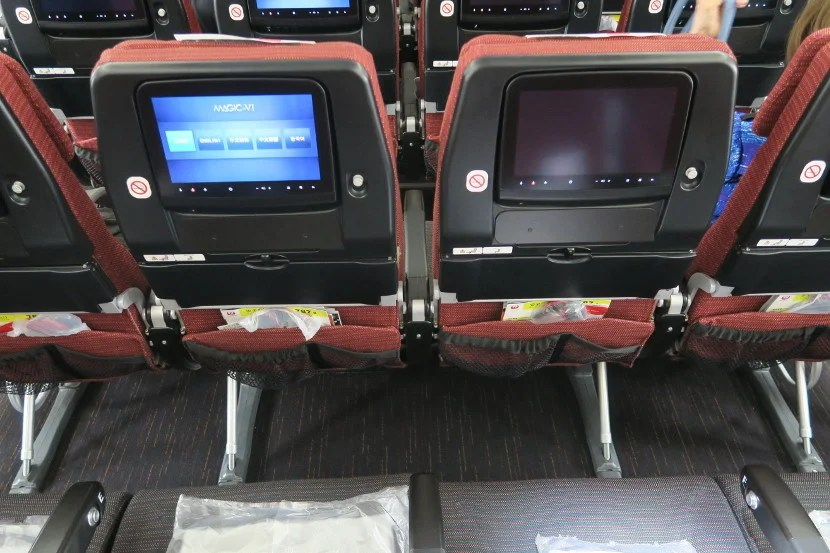 Entertainment boxes didn't reduce legroom on the JAL 787-8.