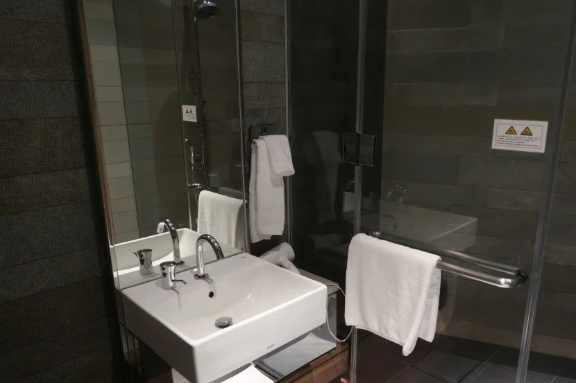 The JAL Sakura Lounge showers are thoughtfully designed and stocked.
