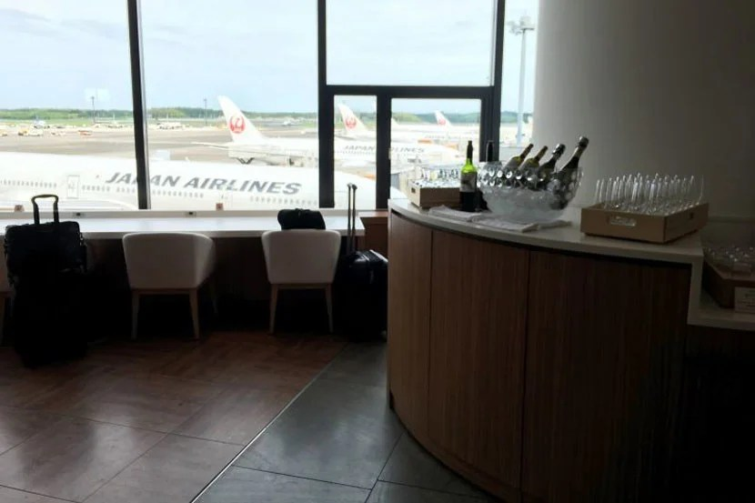 One of the many bar areas in the JAL lounge.