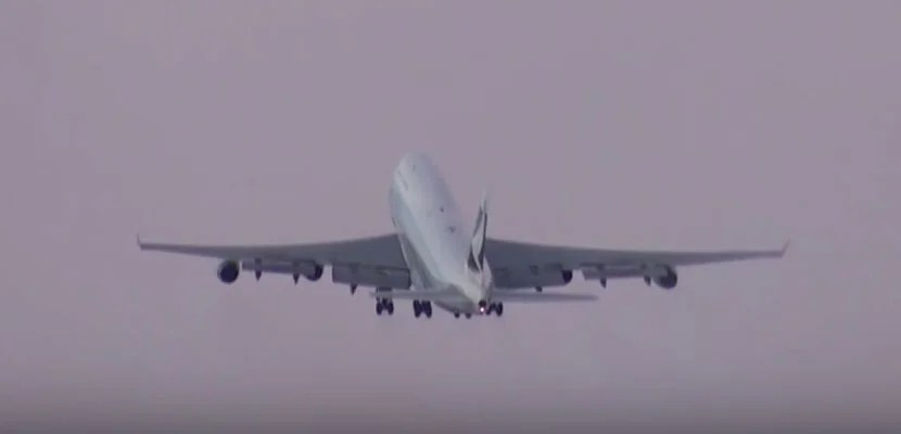 Watch This Landing and Takeoff In Honor of Cathay Pacific's 747 Retirement