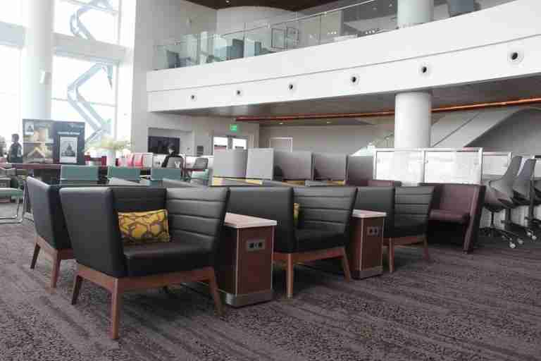 img-delta-sky-club-seattle-seating-area-2