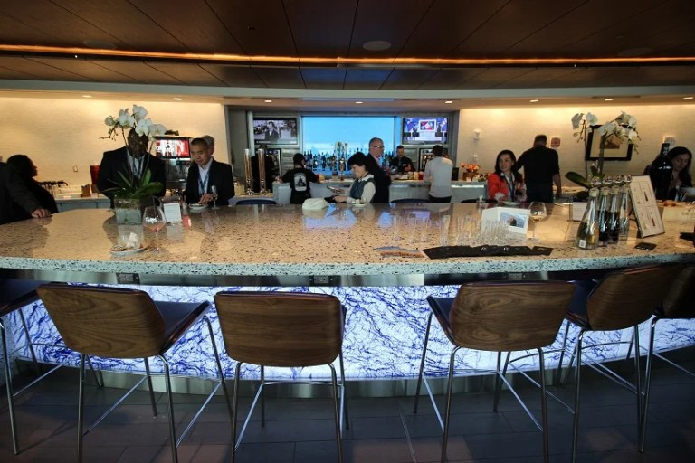 img-delta-sky-club-seattle-bar-counter