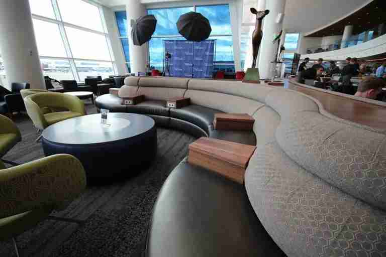 img-delta-sky-club-seattle-seating-centerpiece-768x512