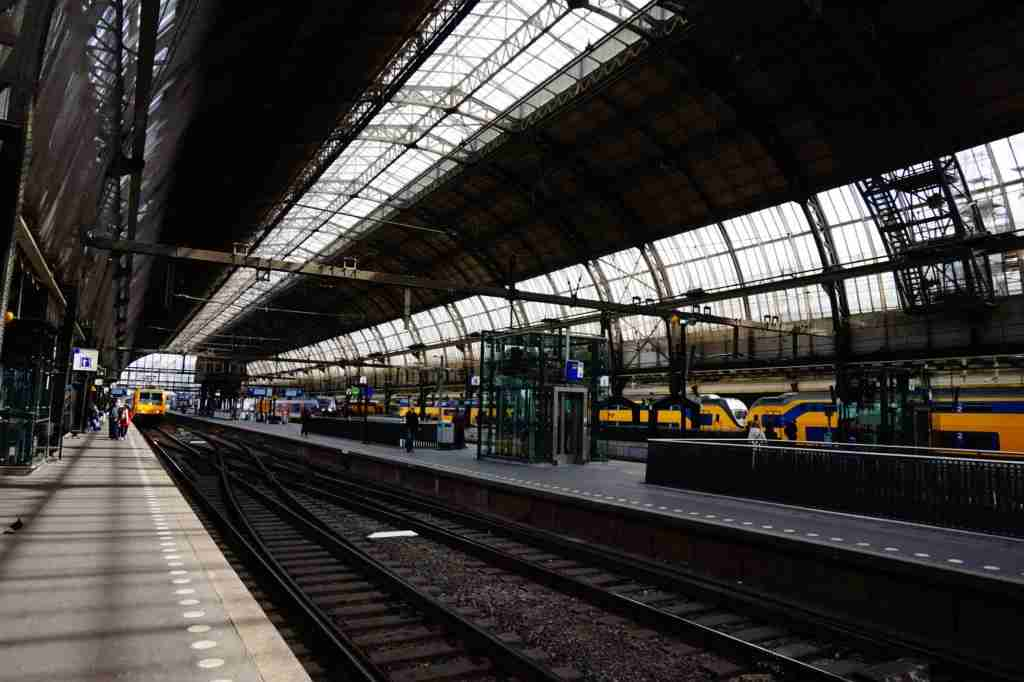 The tracks at Amsterdam Centraal can be more confusing than they at first appear. Image courtesy of Sebastiaan Kroes via Getty Images.