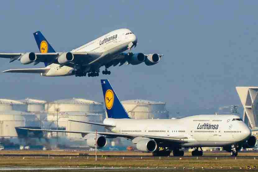 "Key differences of the A380 and 747 include the length of both floors, the cockpit placement and engine cowling. Now test yourself and see if you can tell which is which in this picture. Photo courtesy of xingxiyang via <a href=""https://www.flickr.com/photos/xingxiyang/16431502906/in/photolist-r2ZKmf-e9PnD-rgXude-p8xzvu-i8kaZ-pLeemL-8Kxr1c-neFGvn-7Bzw55-8KAuao-8iRiNU-8mCNQ7-8iRhvS-bmiDQs-fxmwJD-bzdwdg-bmiEuj-qMEPGJ-q9FXKJ-9QSmPH-bmiBcW-bmiBxJ-9evAUg-i84Sd-i8kb5-mDMVEN-jAK9d-jAK7R-q8hxRw-o5Aks-dJtcir-i8kb2-8jamu6-56noba-8iNjY3-8n8AsM-oaHWTL-p6fcKW-n5bcG8-p4w5hX-fuaocn-9QSmne-fuaqXT-q7KRGJ-pmLv1y-o5JjCN-9JCUDY-qthfMq-dfUFSa-obiReM"" target=""_blank"">Flickr</a>."