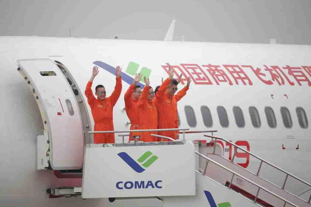 The C919 flight crew receives a hero
