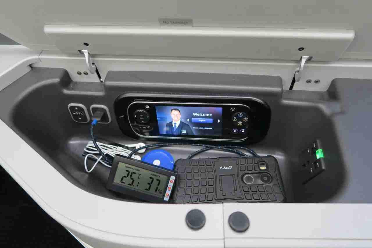 aa787-9_business_electronics_compartment